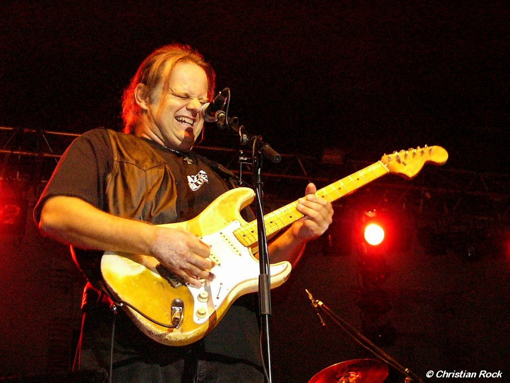 http://loreillebleue.free.fr/images/Photos/Walter_Trout_01G_CR.jpg